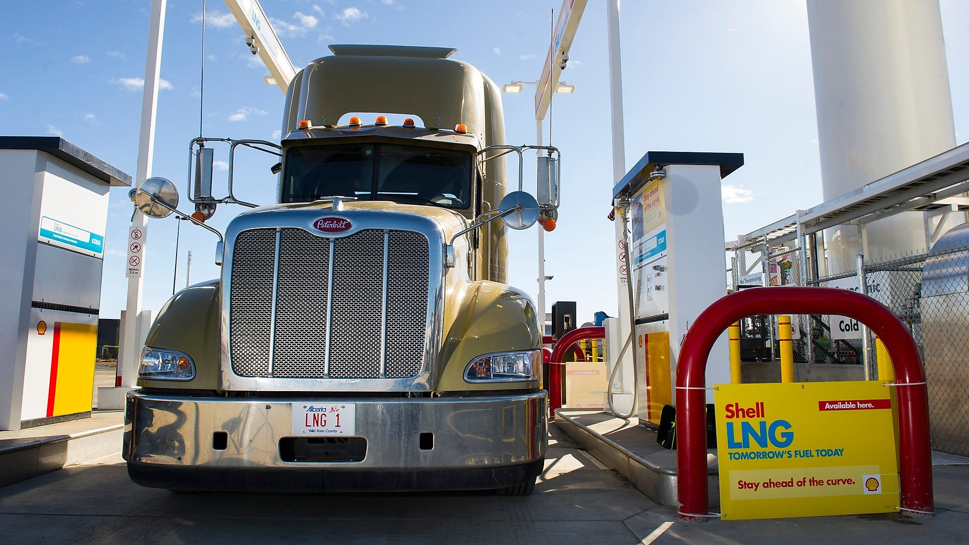 A truck getting ready to fuel at shells lng fuelling station